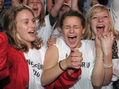 Lena-Fans rasten beim Public Viewing in Hannover aus.