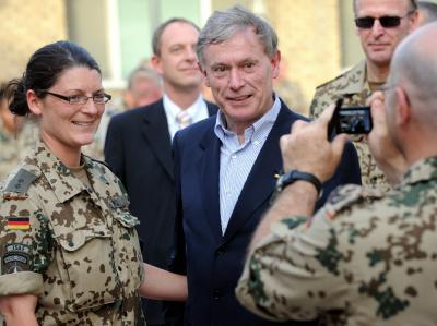 Bundespräsident Horst Köhler, hier bei einem Besuch im Mai 2010 im Bundeswehr-Camp im afghanischen Masar-i-Scharif, hatte mit Aussagen zu Auslandseinsätzen eine heftige Debatte ausgelöst.