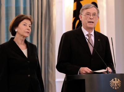 Zusammen mit seiner Frau Eva Luise gibt Bundespräsident Horst Köhler im Schloss Bellevue in Berlin seinen Rücktritt bekannt.