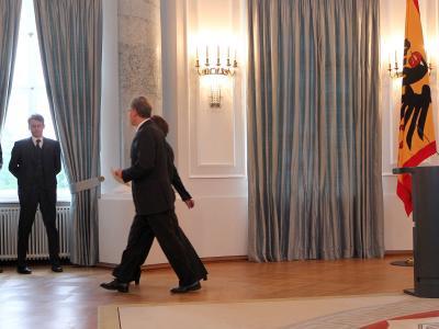 Bundespräsident Horst Köhler verlässt mit seiner Frau Eva Luise die Pressekonferenz im Schloss Bellevue. Er erklärte seinen Rücktritt wegen seiner umstrittenen Afghanistan-Äußerungen.