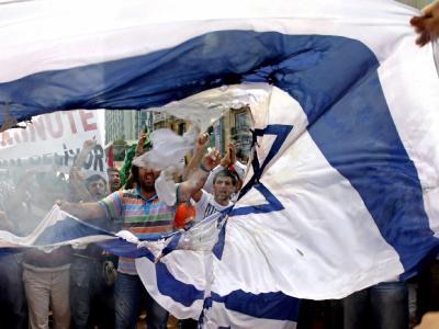 Türkische Demonstranten verbrennen in Istanbul eine israelische Flagge.