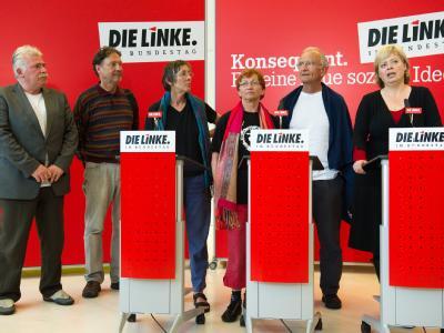 Nadar el Sakka (Palästinensische Gemeinde Deutschland), Matthias Jochheim (IPPNW), Annette Groth und Inge Höger (Die Linke),  Ex-MdB Norman Paech (Die Linke) und Parteivorsitzende Gesine Lötzsch (v. l. n. r.) bei der PK in Berlin.