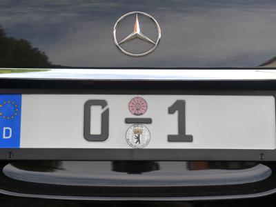 Das Kennzeichen des Mercedes-Dienstfahrzeuges des Bundespräsidenten.