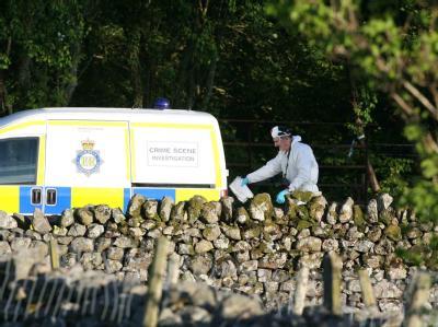 Ein Mitarbeiter der Spurensicherung arbeitet an einem der Tatorte in Boot, Cumbria.
