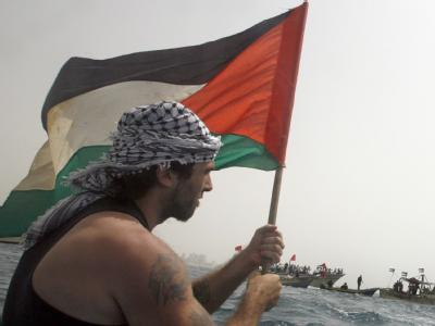 Ein Palästinenser protestiert gegen die Blockade des Gaza-Streifens. Vor der Küste bahnt sich ein neuer Konflikt an.