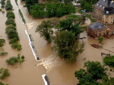 Wassermassen haben in der ungarischen Stadt Edelény einen Damm durchbrochen.