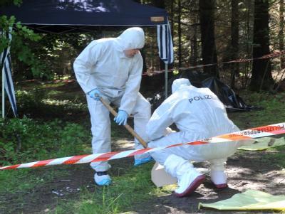 Kriminalbeamte untersuchen bei Heidenheim-Nietheim den Fundort der Leiche.