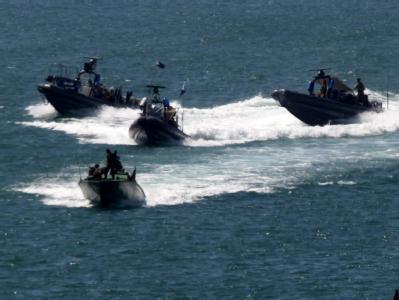 Schnellboote der israelischen Marine fahren in den Hafen von Aschdod ein. Die Aktivisten auf dem Hilfschiff gaben am Ende gewaltlos auf. widerstandslos.