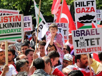 Anhänger und Sympathisanten der «Islamischen Gemeinschaft Milli Görus» demonstrieren auf dem Burgplatz in Duisburg.