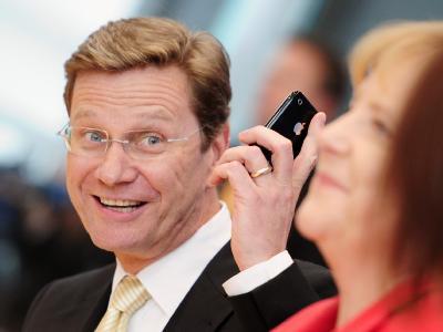Bundesaußenminister Guido Westerwelle (FDP) zeigt sich bei der Verkündung des Sparpakets gut gelaunt, obwohl zahlreiche Herausforderungen ihm das Leben schwer machen.