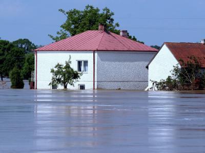 Ein überflutetes Haus im polnischen Dorf Swiniary.