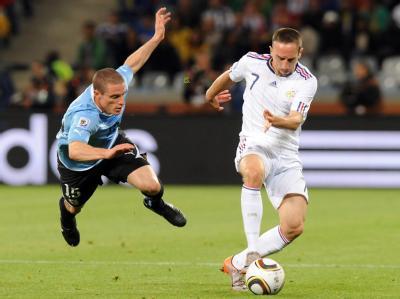 Diego Perez (l) wirft sich Franck Ribery in den Weg.