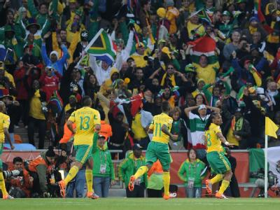 Südafrikas Team feiert mit Torschütze Siphiwe Tshabalala (r) das 1:0.