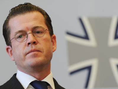 Bundesverteidigungsminister Karl-Theodor zu Guttenberg denkt laut einem Zeitungsbericht ernsthaft über einen Rücktritt nach.