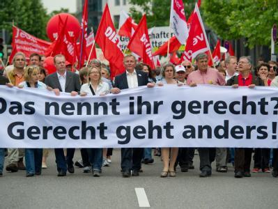 Demonstranten protestieren in Stuttgart gegen Sozialabbau und die Sparpläne der Bundesregierung.