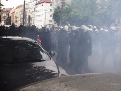 Polizisten stehen im Rauch nach einer Explosion während einer Demonstration gegen Sozialabbau und die Sparpläne der Bundesregierung in Berlin.