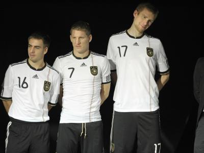 Lahm, Schweinsteiger und Mertesacker (v.l.) im neuen DFB-Trikot.