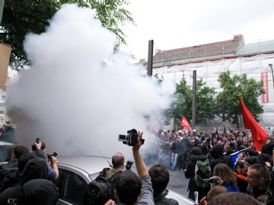 Bei einer Großdemonstration gegen Sozialabbau wurden Polizisten mit einer Splitterbombe angegriffen.