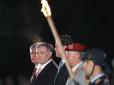 Der ehemalige Bundespräsident Horst Köhler (2.v.l) wird mit einem Großen Zapfenstreich vor dem Amtssitz Schloss Bellevue in Berlin verabschiedet.