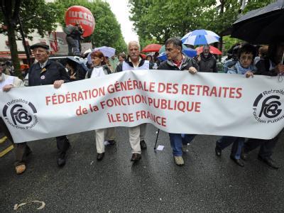 Tausende protestieren am 27. Mai in Paris gegen den Plan der Regierung, das Renteneintrittsalter bis 2018 schrittweise auf 62 Jahre anzuheben.