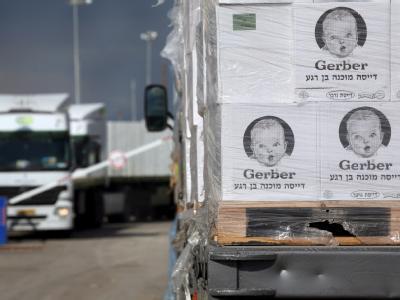 Ein LKW mit Babynahrung wartet inIsrael auf die Grenzüberfahrt in den Gazastreifen. (Archivbild)