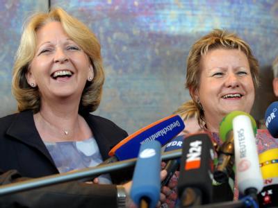 Die SPD-Landesvorsitzende Hannelore Kraft (l) und die  Grünen-Landtagsfraktionschefin Sylvia Löhrmann.