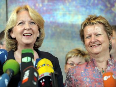 Die SPD-Landesvorsitzende Hannelore Kraft (l) und die Grünen-Landtagsfraktionschefin Sylvia Löhrmann erläutern die geplante Minderheitsregierung.