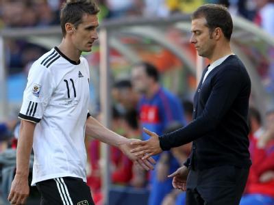 Trauriger Abgang: Miroslav Klose und Hansi Flick nach dem Platzverweis.