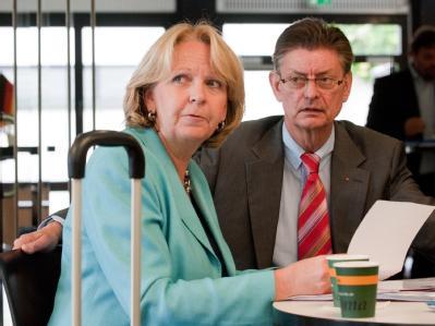 Die nordrhein-westfälische SPD-Parteivorsitzende Kraft (mit dem stellvertretenden SPD-Fraktionschef Römer) will sich Mitte Juli zur ersten Ministerpräsidentin Nordrhein-Westfalens wählen lassen.