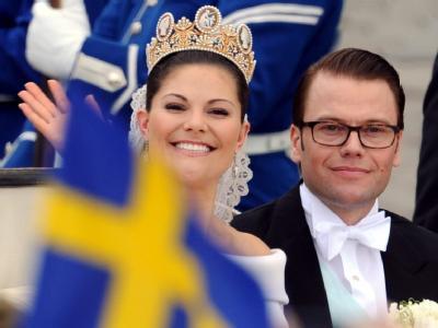 Frisch verheiratet: Prinzessin Victoria und Ehemann Prinz Daniel fahren in einer Kutsche durch Stockholm.