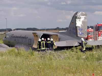 Rosinenbomber auf Feld notgelandet