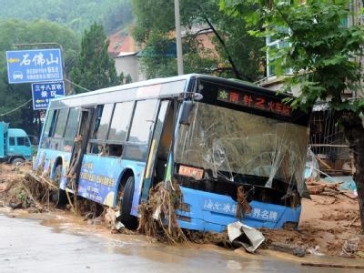 Ein Bus ist in vom Wasser mitgeführtem Schlamm stecken geblieben.