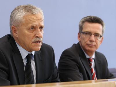 Bundesinnenminister Thomas de Maiziere (CDU, r.) und der Präsident des Bundesamtes für Verfassungsschutz, Heinz Fromm.
