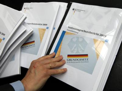 Bundesinnenminister de Maiziere (CDU) hat den Verfassungsschutzbericht 2009 vorgestellt.