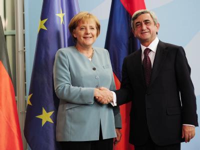 Angela Merkel und der armenische Präsident Sersch Sargsjan posieren im Kanzleramt.