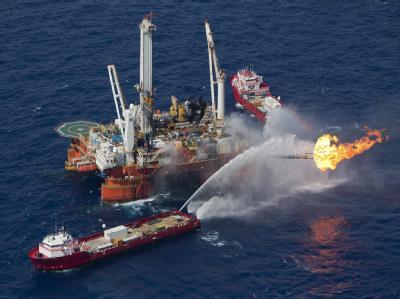 Löscharbeiten auf der Bohrplattform «Deepwater Horizon»: Laut Experten war die Umweltkatastrophe Folge vermeidbarer Fehler. (Archivbild)