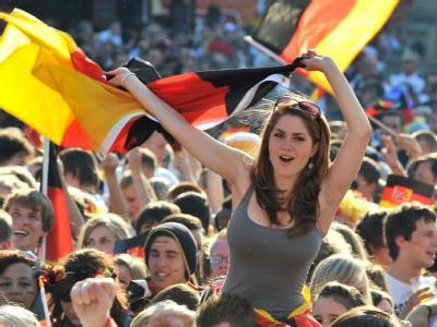 Fußballfans feiern beim Public Viewing.