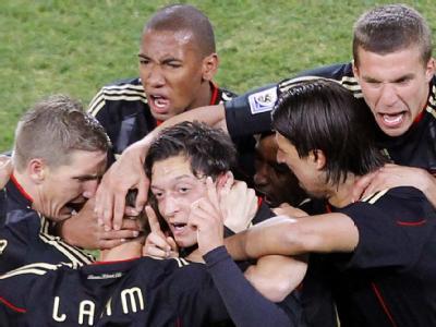 Mesut Özil schießtDeutschland ins Achtelfinale