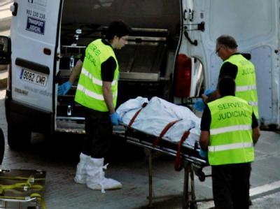 Ein Opfer des Unglücks wird abtransportiert.