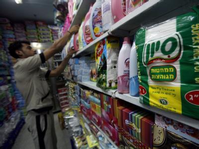 Ein Palästinenser sortiert Waren in einem Supermarkt in Gaza-Stadt. Israel lockert seine Gaza-Blockade weiter.