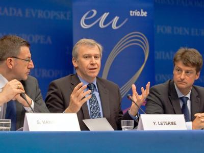 Belgiens Außenminister Steven Vanackere (l.), Premierminister Yves Leterme (M.) und der für die Vorbereitung der EU-Ratspräsidentschaft zuständige Staatssekretär Olivier Chastel.