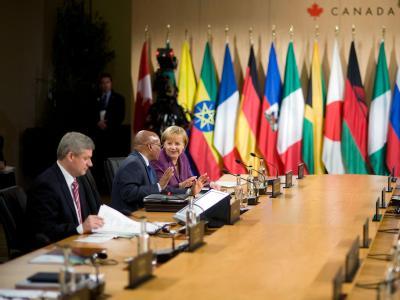 Bundeskanzlerin Angela Merkel sitzt zu Beginn einer Sitzung mit dem südafrikanischen Präsidenten Jacob Zuma (M) zusammen, links sitzt der Gastgeber: Kanadas Premierminister Stephen Harper.