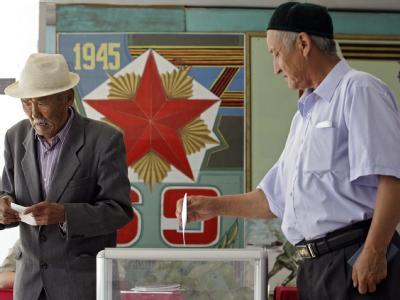 Stimmabgabe in einem Wahllokal außerhalb von Bischkek.