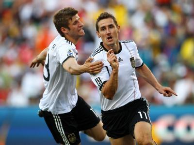 Müller und Klose freuen sich nach einem Treffer ins englische Tor.