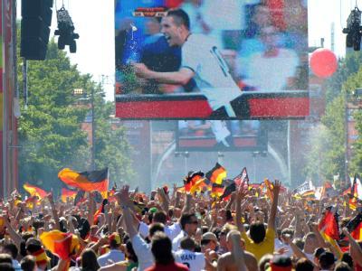 Die Fanmeile in Berlin kochte beim 2:0 für die DFB-Auswahl von Podolski.