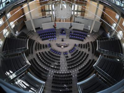 Zusätzliche Stühle stehen im Plenarsaal des Bundestags bereit. Dort werden am Mittwoch zur Wahl des Bundespräsidenten nicht wie üblich 612 Bundestagsabgeordnete Platz nehmen, sondern die 1224 Teilnehmer der Bundesversammlung.