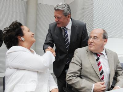 Luc Jochimsen und Gregor Gysi begrüßen Joachim Gauck bei dessen Besuch in der Links-Fraktion.