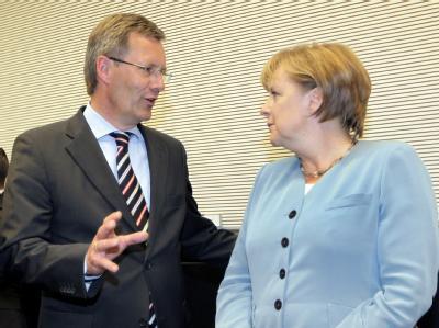 CDU-Vize Wulff (mit Kanzlerin Merkel): «Sehr zuversichtlich, dass es schon im ersten Wahlkampf klappen könnte.»