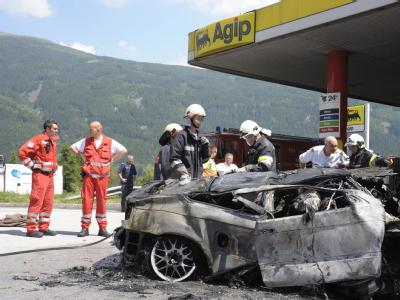 Auto rast in Tankstelle