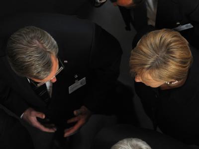 Nach der Verkündung des ersten Wahlganges unterhalten sich Christian Wulff und Bundeskanzlerin Angela Merkel.